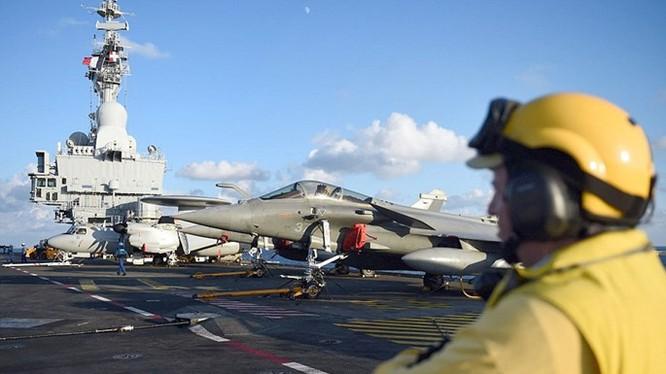 Tàu sân bay Pháp có 26 máy bay chiến đấu trong số khoảng 40 máy bay trên tàu