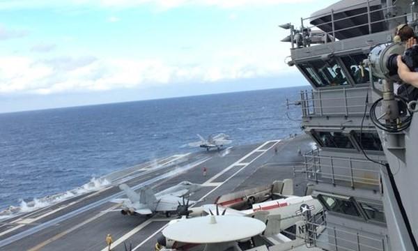 Chiến đấu cơ cất cánh khỏi tàu sân bay Ronald Reagan