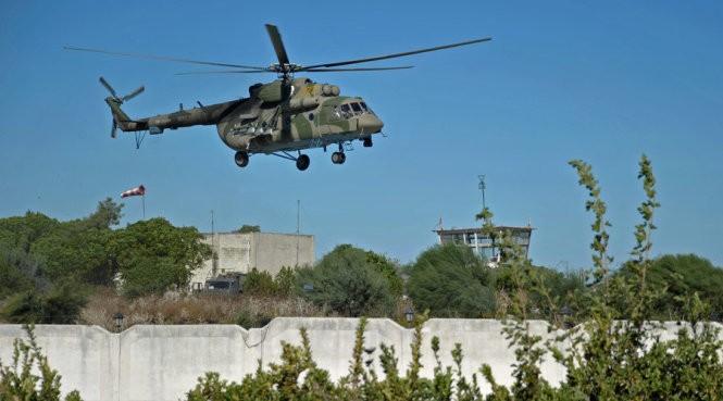 Một chiếc Mi-8 bay bên trên căn cứ Khmeimim của Nga. Đây là loại trực thăng Nga dùng để giải cứu phi công chiếc Su-24 bị bắn - Ảnh: Sputnik