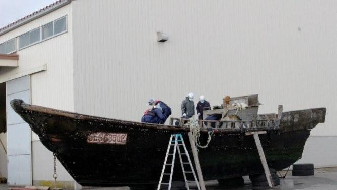 Một chiếc thuyền được kiểm tra ở cảng Fukui - Ảnh: AFP
