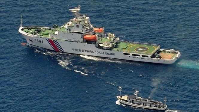 Tàu hải cảnh Trung Quốc (lớn) cản trở tàu Philippines trên Biển Đông - Ảnh: AFP