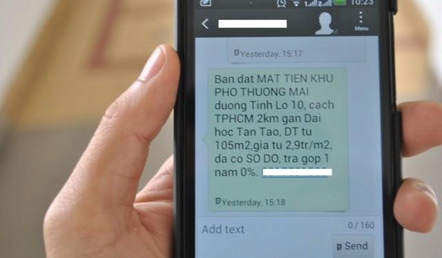 Nhiều người đang phải chịu đựng hàng chục tin nhắn tiếp thị nhà đất đến điện thoại của mình mỗi ngày - Ảnh: Mạnh Tùng