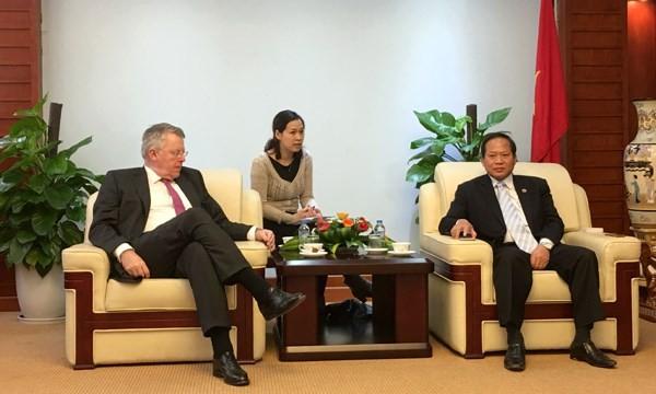 Thứ trưởng Trương Minh Tuấn (phải) tiếp đoàn lãnh đạo cấp cao của Đài truyền hình DW (Đức). Ảnh: T.C
