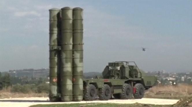 Một hệ thống tên lửa phòng không S-400 Nga triển khai tại Syria - Ảnh: Reuters