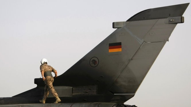 Một binh sĩ Đức đứng trên máy bay Tornado - Ảnh: Reuters