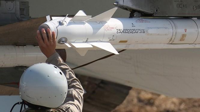Lắp tên lửa không đối không tầm ngắn R-73 lên máy bay Su-34 - Ảnh: TASS