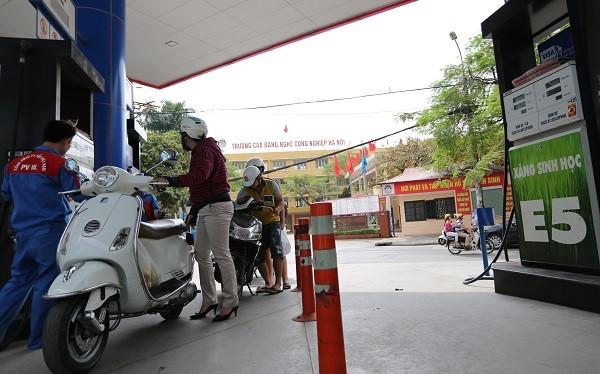Xăng sinh học E5 được bán cùng với xăng A92 nhưng vẫn không có người mua (ảnh chụp tại cây xăng phố Thái Thịnh, Hà Nội). Ảnh: HẢI NGUYỄN
