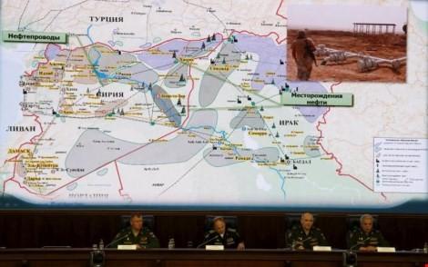 Các quan chức thuộc Bộ Quốc phòng Nga trình bày những bằng chứng hoạt động buôn dầu ở biên giới Thổ Nhĩ Kỳ-Syria ở Moscow ngày 2-12. Ảnh: Reuters