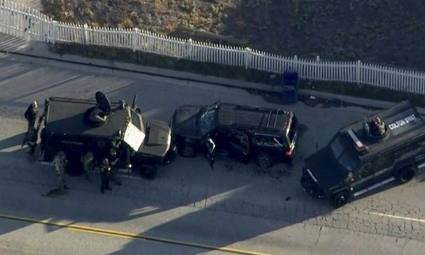 Cảnh sát tiêu diệt vợ chồng nghi phạm trên một chiếc xe SUV màu đen gần hiện trường vụ xả súng ở California