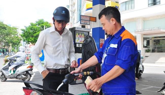 Nguồn thu ngân sách được bổ sung một phần không nhỏ từ việc tăng thuế bảo vệ môi trường gấp 3 lần cho các mặt hàng xăng dầu từ 1-5. Ảnh: Minh Tâm