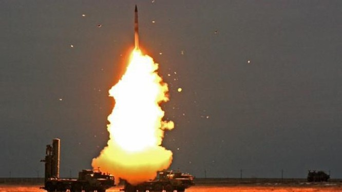 Tên lửa S-400 khai hỏa - Ảnh: Bộ Quốc phòng Nga