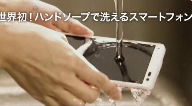 """Chiếc điện thoại """"Digno Rafre"""" đang được rửa dưới nước - Ảnh cắt từ clip"""