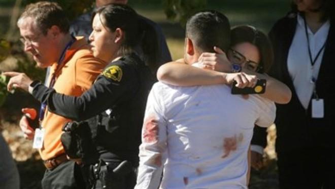 Một cặp đôi ôm chầm lấy nhau sau vụ xả súng kinh hoàng. (Nguồn: Zuma Press)