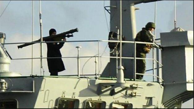 Binh sĩ Nga vác súng phóng tên lửa trên tàu Ceasar Konikov (Nguồn: Hurriyet)