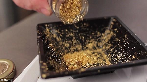 Nhiều tiệm vàng hiện nay vẫn mua vàng nguyên liệu dưới dạng vàng cám chưa qua tinh chế.