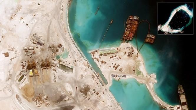 Đường băng Trung Quốc đang xây dựng phi pháp trên Đá Xu Bi - Ảnh: DigitalGlobe