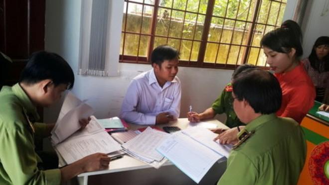 Cơ quan chức năng kiểm tra các giấy tờ kinh danh tại cơ sở Phụng Quần 2 - Ảnh tư liệu.