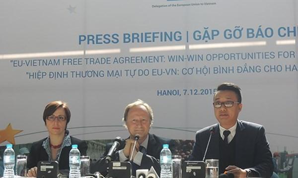 Đại diện phái đoàn EU tại Việt Nam trong buổi họp báo.