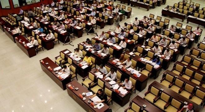 Các đại biểu HĐND TP.HCM được xếp ngồi theo từng vị trí (có sẵn bảng tên) ở 4 dãy bàn chính giữa phòng họp, trong khi dãy ngoài cùng (bên phải ảnh) là chỗ của các quận, huyện và ngoài cùng bên trái là chỗ của sở, ngành.