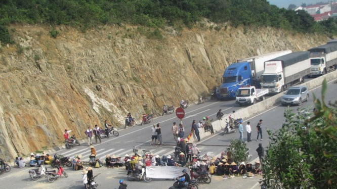 Người dân thôn Đông Yên, xã Kỳ Lợi dàn hàng chắn ngang QL1A - Ảnh: Nguyên Dũng