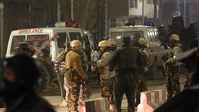 Lực lượng an ninh Afghanistan đứng gác gần hiện trường vụ tấn công. (Nguồn: AP)