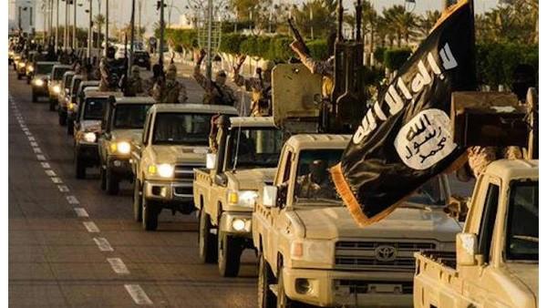 Đoàn xe IS diễu phố ở Libya. (Ảnh: @7our/Twitter)