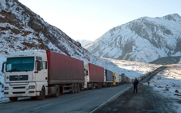 Tắc nghẽn ở biên giới Gruzia với Nga. Hàng chục xe tải, trong số đó có các xe tải hàng hóa từ Thổ Nhĩ Kỳ, bị dồn ứ trước cửa khẩu biên giới. Các nước trong dự án Xuyên Caspian hi vọng tuyến đường sắt mới sẽ giúp thông thương hàng hóa -Kommersant