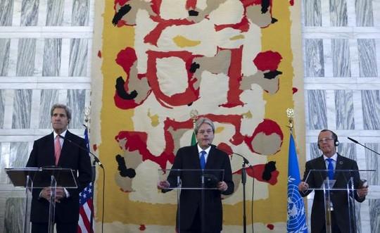 Ngoại trưởng Mỹ John Kerry (trái) và người đồng cấp Ý Paolo Gentiloni (giữa) cùng đặc phái viên Liên Hiệp Quốc Martin Kobler dự hội nghị về Libya tại Rome - Ý hôm 13-12. Ảnh: Reuters