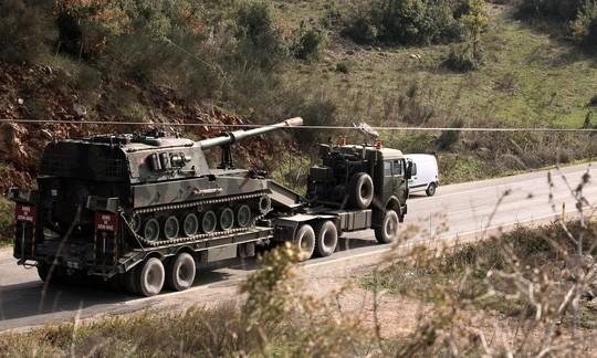 Xe tải chở pháo tự hành Thổ Nhĩ Kỳ hướng về biên giới Syria. Ảnh: AP