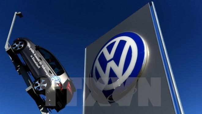 Logo hãng Volkswagen tại một chi nhánh ở Duesseldorf, miền tây nước Đức. (Ảnh: AFP/TTXVN)