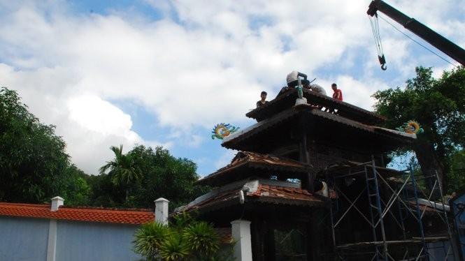 Công nhân tháo dỡ ngôi biệt phủ của ông Ngô Văn Quang trên núi Hải Vân - Ảnh: V.Hùng