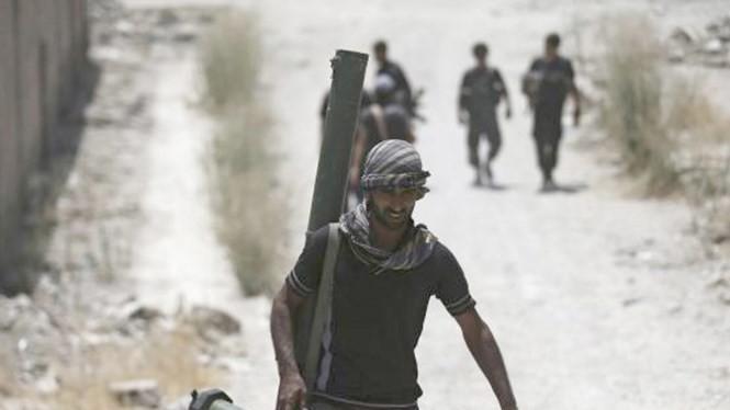Chiến binh FSA ở khu vực ngoại ô Damascus, Syria tháng 7.2015 - Ảnh: Reuters