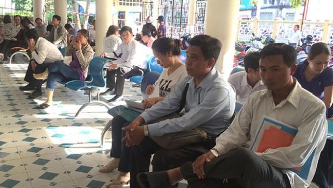 Người dân làm thủ tục hồ sơ nhà đất tại quận Gò Vấp, TP.HCM - Ảnh: Tự Trung
