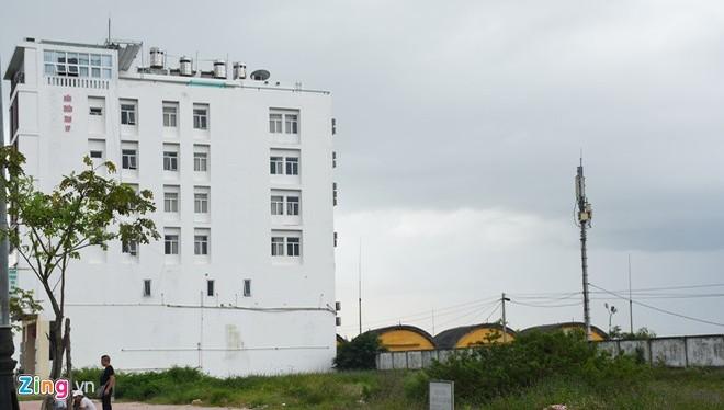 Khách sạn do người Trung Quốc làm chủ cao gấp nhiều lần so với nhà để tàu bay trong sân bay Nước Mặn. Ảnh: Đ.Nguyên.