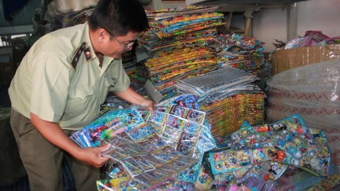 Quản lý thị trường TP.HCM đang kiểm tra, thu giữ sản phẩm nhập lậu chứa chất gây hại xuất xứ từ Trung Quốc - Ảnh: Lê Sơn