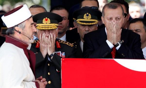 Ông Erdogan trong lễ tang 2 phi công TNK bị Syria bắn rơi hồi tháng 6.2012