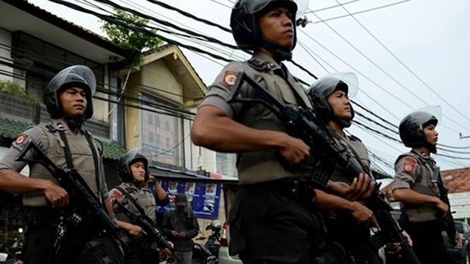Cảnh sát chống bạo động của Indonesia được triển khai sau những vụ xô xát bên trong một nhà tù trên đảo du lịch Bali hôm 17.12 - Ảnh: AFP