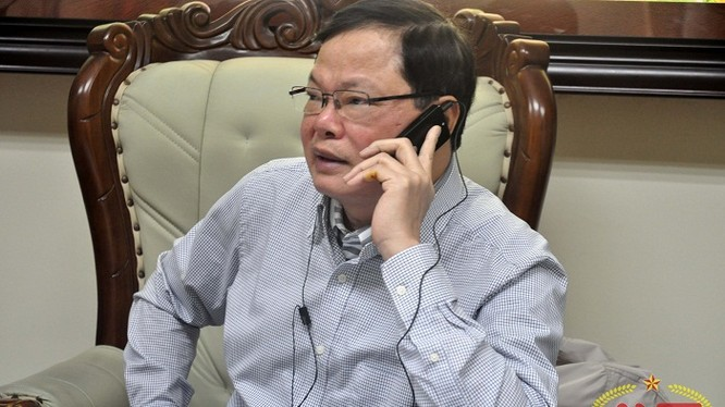 Buổi phỏng vấn Cục trưởng Đạt liên tục bị gián đoạn vì ông phải tiếp nhận và xử lý thông tin tố cáo tham nhũng từ người dân (ảnh: Diệp Chi)