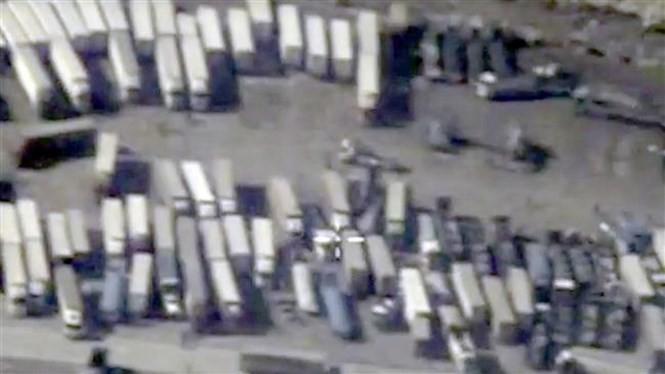 Ảnh chụp những chiếc xe chở dầu của IS tại biên giới Syria -Thổ Nhĩ Kỳ - Ảnh: Reuters