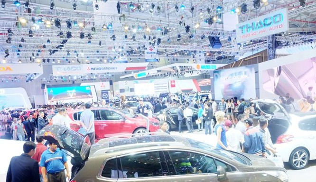 Thị trường ô tô tháng sau luôn cao hơn tháng trước đó trong suốt 11 tháng qua. Trong ảnh là nhiều người tiêu dùng TPHCM đến xem triển lãm ô tô vào tháng 10 qua tại TPHCM - Ảnh: Quốc Hùng