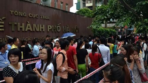 Hàng trăm người chen nhau nộp hồ sơ thi biên chế tại Cục Thuế Hà Nội sáng 14.8.2014 - Ảnh: Nguyễn Tuấn