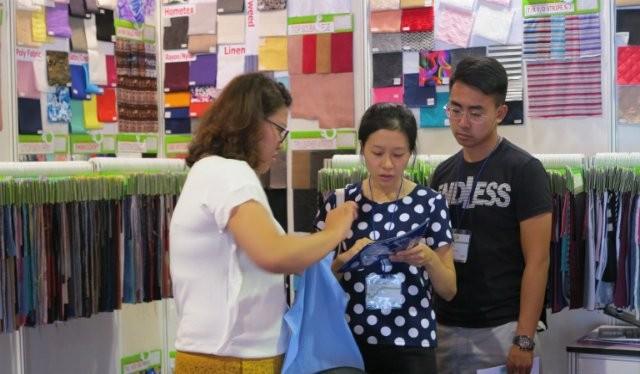 Nhiều doanh nghiệp nước ngoài, trong đó có doanh nghiệp Hàn Quốc, tham gia một triển lãm ngành dệt may trong năm nay tại TPHCM để giới thiệu vải và nguyên phụ liệu dệt may đến doanh nghiệp tại Việt Nam. Ảnh minh họa: Thu Nguyệt