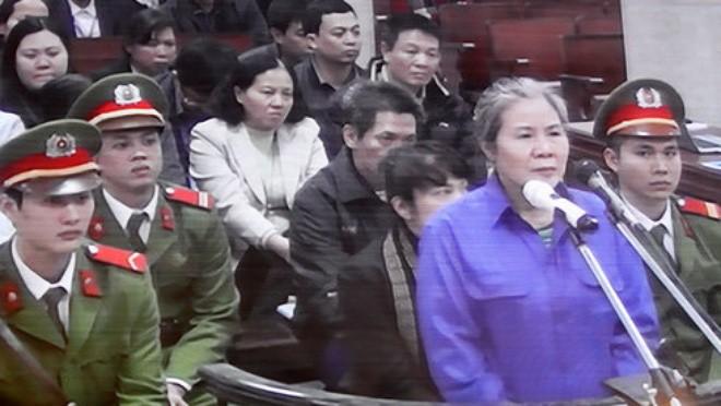 Bị cáo Chử Thị Kim Hiền (nguyên phó giám đốc Agribank Nam Hà Nội) tại tòa chiều 21-12 - Ảnh T.L chụp màn hình