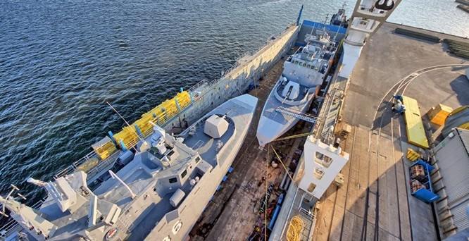 Hai tàu tên lửa FMC của Ai Cập nằm gọn trong khoang tàu Rolldock Star, cũng là tàu từng chở tàu ngầm Kilo từ Nga về Việt Nam - Ảnh: Rolldock
