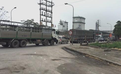 Xe tải nặng nối đuôi nhau đi vào đường huyện mặc dù có biển báo cấm xe trên 6 tấn. Ảnh: P.Linh