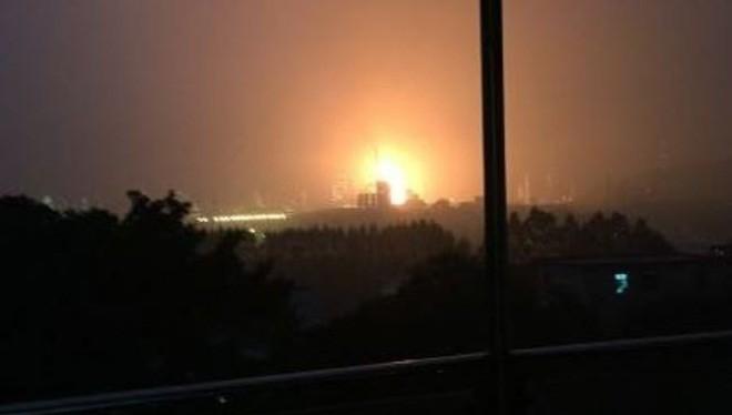 Hình ảnh ngọn lửa từ hiện trường vụ nổ nhà máy lọc dầu ở Quảng Châu sáng 24.12.