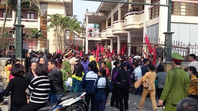 Học sinh và tiểu thương chợ Nành tại trụ sở UBND xã Ninh Hiệp (Gia Lâm, Hà Nội) sáng 21/12. Ảnh: Tuổi Trẻ.