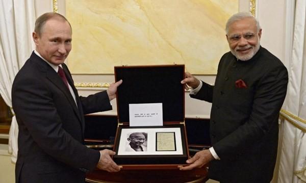 Thủ tướng Narendra Modi và Tổng thống Putin ngày 23.12 trong buổi trao quà tại điện Kremlin