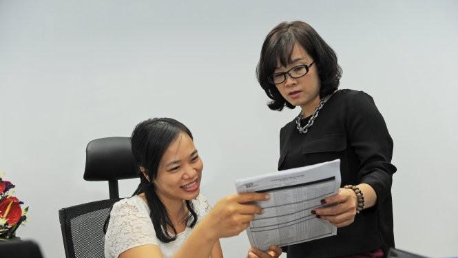 Bà Việt Hương - giám đốc nhân sự (trái) và bà Quế Chi - giám đốc dự án, công ty xây dựng trên địa bàn TP.HCM - đang tính toán lại nhân sự tham gia đóng bảo hiểm xã hội năm 2016 cho toàn công ty - Ảnh: Tự Trung
