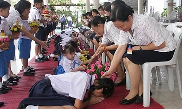 """Học sinh Thái tạ ơn Thầy cô giáo trong ngày lễ """"Nhà giáo Thái Lan"""" 16.1"""